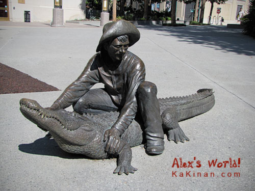 Statue wrestling with crocodile